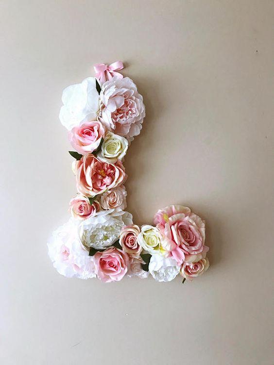Sztuczne kwiaty w ślubnej dekoracji