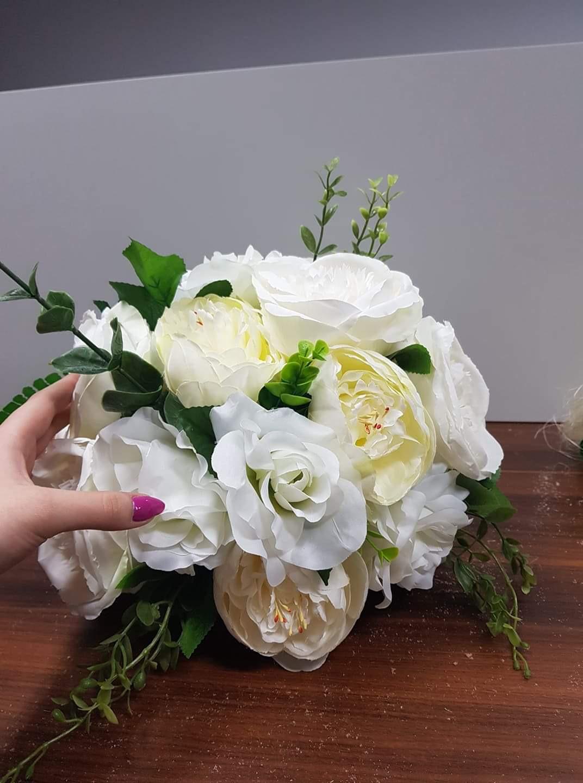 Jak zrobić kulę kwiatową ze sztucznych kwiatów?